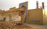 """Zerstörtes Altgebau in Yazd, dahinter der Schrein von """"Imamzadeh Jafar"""""""