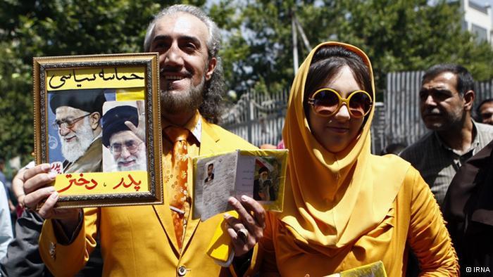 """""""Vater und Tochter"""" vor einem Wahllokal in Teheran."""