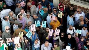 """Protestversammlung der iranischen Filmschaffenden gegen die Schließung """"Haus des Kinos""""  in Teheran"""