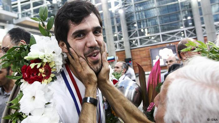 Am 13. August erlebte die iranische Basketball-Nationalmannschaft einen herzlichen Empfang in Teheran. Zwei Tage zuvor hatte sie in einem spannenden Finale den Gastgeber Philippinen besiegt und sich neben dem Asien-Titel auch für die Basketball-WM 2014 in Spanien qualifiziert. Auf dem Foto ist einer der beliebtesten Spieler, Samad Nik-khah Bahrami, zu sehen.