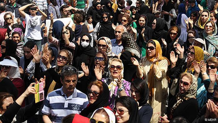 """In der Stadt Karaj (Karadsch), unweit der Hauptstadt Teheran, weiten sich die Proteste gegen eine weitere Abholzung in """"Karajs Garten"""" aus. Mitte April waren es ca. ein Dutzend Menschen, die die Wiederaufforstung des Gartens forderte. Doch bis jetzt zeigen die Behörden keine Reaktion auf die immer stärker werdenden Stimmen. Die Stadt Karaj hat ca. 1,8 Millionen EinwohnerInnen und kaum Grünflächen. """"Karajs Garten"""", auch """"die grüne Lunge Karajs"""" genannt, ist Teil einer Schlossanlage, die Ashraf Pahlavi, der Schwester des letzten Schahs gehörte. Nach Angaben der Umweltbehörde habe die staatliche Stiftung """"Bonyad Mostazafan"""", der jetzt diese Anlage bewirtschaftet, bereits 2.000 Apfelbäume ohne Genehmigung gefällt."""