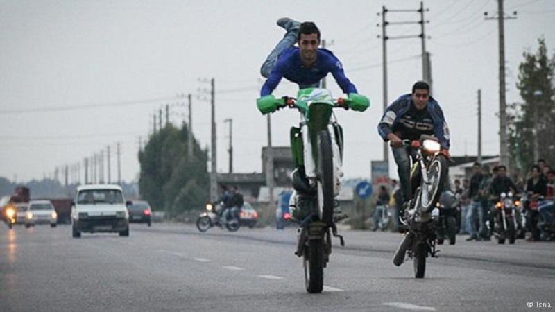 Eine zunehmend beliebte Freizeitbeschäftigung der jungen Iraner ist das Showrennen mit dem Motorrad auf verkehrsträchtigen Landstraßen. Der Nervenkitzel endet nicht selten tödlich.