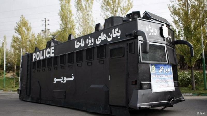 """Die iranische Polizei hat ihre neue Kampfausrüstung gegen potentielle Aufstände im Land vorgestellt. Neben schwarzen, schnellen Motorrädern und modernen Wasserwerfern wurde auch ein Gefangenentransportbus vorgestellt (Foto), der in der persischsprachigen Internetgemeinde eine heiße Debatte auslöste. Ein Großteil der Internetuser macht sich über den """"geschmacklosen Einfall"""" lustig, andere weisen darauf hin, dass die Regierung vorzugsweise für Zufriedenheit in der Bevölkerung sorgen sollte, anstatt die öffentlichen Gelder für """"solche dämlichen Unterdrückungsinstrumente"""" auszugeben."""