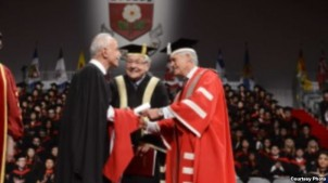 12. Juni 2013: Lahiji nimmt den Ehrendoktortitel der York Universität in Kanada für seine im Iran verhaftete Kollegin Nasrin Sotoudeh entgegen
