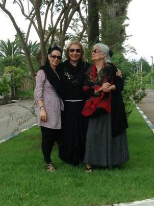 Oma, Mutter und Tochter, ohne Kopftuch auf offener Straße