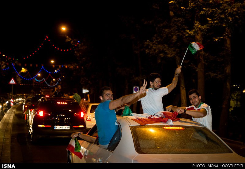 Die iranische Nationalmannschaft (in der Gruppe F) gilt als Außenseiter der WM. Dennoch konnte sie sich am 16. Juni gegen den derzeitigen Afrikameister, Nigeria, tapfer schlagen. Das Ergebnis 0:0 ist zwar kein Anlass zu jubeln, doch den iranischen Spielern war am Ende des Spieles anzusehen, dass sie mit dem Resultat zufrieden waren. Auch die Fans in im Iran haben den ersten Punkt bei der WM gewürdigt. In vielen Großstädten wurde bis weit in die Nacht hinein auf den Straßen gefeiert. Die iranische Fußballföderation hat für das Unentschieden gegen Nigeria eine Prämie über 3.000 $ für jeden Spieler vorgesehen. Die nächste Begegnung gegen Argentinien findet am 21. Juni, um 18 Uhr MEZ statt.