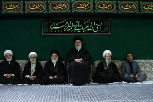 Ahmadinedschad (re.) im Kreis der Vertrauten des Revolutionsführers (3. v. re.)