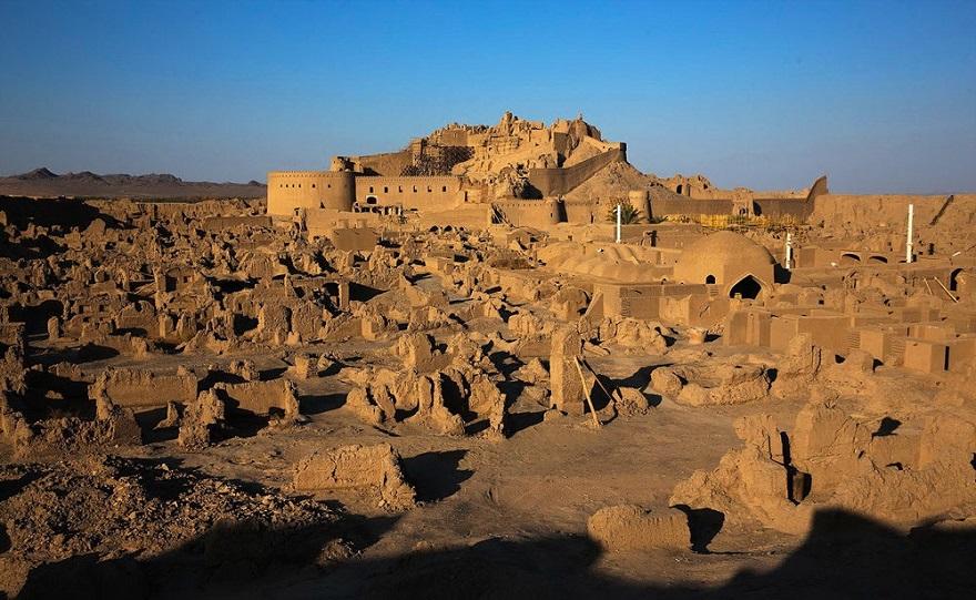 26. Dezember 2003: Binnen weniger als 30 Sekunden lag die historische Lehmstadt Bam im Südosten des Iran in Trümmern. Nach unterschiedlichen Angaben verloren zwischen 30.000 und 40.000 Menschen ihr Leben, etwa 100.000 ihr Zuhause. Mehr als 90 Prozent der Stadt wurde zerstört, darunter Arg-e Bam, die legendäre Zitadelle, die vor dem Beben als das größte Lehmbauwerk der Welt galt. Nach der Katastrophe wurde Bam von der ganzen Welt mit finanzieller Hilfe unterstützt. Bis heute arbeiten nationale und internationale Fachleute am Wiederaufbau der historischen Stätten. Neben der 2.500 Jahre alten Zitadelle sollen auch der alte Basar und die älteste Moschee der Stadt möglichst in ihren alten Zustand zurückversetzt werden. 2004 wurde die Stadt von der Unesco auf die Liste des gefährdeten Welterbes gesetzt. Es ist ein offenes Geheimnis, dass ein beachtlicher Teil der Spendengelder auf den Konten korrupter Politiker und Beamter landete. Am 27. Dezember 2014 kritisierte das iranische Nachrichtenportal ISCA-News, schwaches Management, Unstimmigkeiten zwischen verschiedenen Behörden und viele andere Faktoren hätten dazu geführt, dass die Stadt Bam bisher nicht wiederaufgebaut worden sei - und es sei auch nicht absehbar, wann es so weit sein werde.