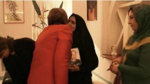Diese Foto, auf dem die EU-Außenbeauftragte Catherine Ashton die Mutter des an Folter gestorbenen Bloggers Sattar Beheshti,  Gouhar Eshghi küsst sorgte bei den Ultra-Konservativen im Iran für heftige Kritik.