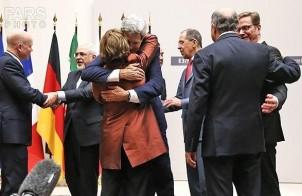 Verhandlungsführer/in in Genf: freudeige Umarmung nach der Einigung im November 2013