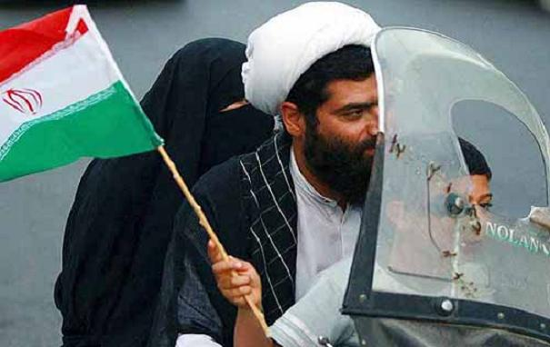Der Iran hat sich für die Fußball-Weltmeisterschaft 2014 qualifiziert. Teheranerinnen und Teheraner feiern auf den Straßen, ohne von den Moralapostel angegriffen zu werden.