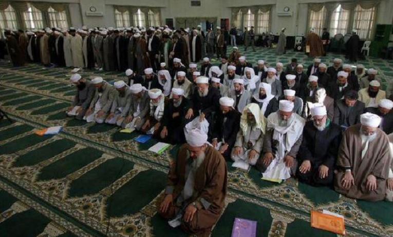 """Sie sind Muslime, glauben an denselben Propheten, nennen sich aber anders: Schiiten und Sunniten. Sie beten auch anders und nicht gemeinsam. Selbst in der """"Woche der Einigkeit"""" - von 2. bis 9. Januar - nicht. Die """"Woche der Einigkeit"""" sollte die Einheit aller Muslime demonstrieren. Doch dann wurden Bilder von einem Treffen von Vertretern beider Konfessionen in der Stadt Mashad veröffentlicht, die das Gegenteil beweisen. Selbst beten wollten sie nicht gemeinsam. Diese Demonstration der Uneinigkeit wurde von der staatlichen Presse allerdings scharf kritisiert. Nach offiziellen Angaben sind 98 Prozent der IranerInnen Muslime. Weniger als 10 Prozent davon sind Sunniten. Sie klagen seit Jahren über Diskriminierung durch die schiitische Regierung."""