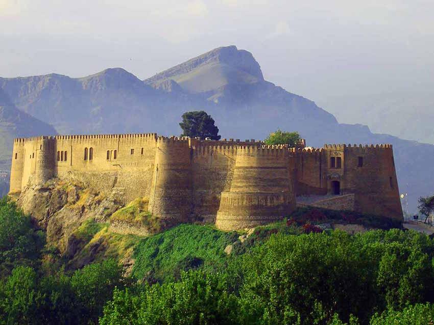 """Himmel der Himmel Die Festung heißt """"Falak-ol-Aflak"""" (Himmel der Himmel) und ragt über der Stadt Khorramabad, im Südwesten des Iran. Erbaut wurde die Burg in der Zeit des Sassanidenreiches (224 – 651 n. Ch.). Einst war sie Regierungssitz, später auch Schatzkammer und nach dem amerikanisch-britischen Putsch im Iran im Jahr 1953 diente sie als Gefängnis für die Gegner des Schah-Regimes und war bis zur Revolution Teil einer Armee-Kaserne. Heute beherbergt die 1.200 qm große Anlage ein Völkerkundemuseum."""