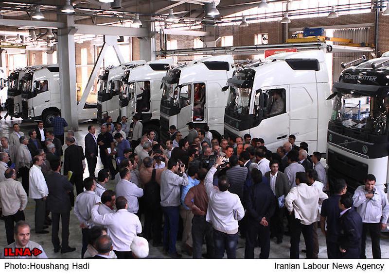 """Die internationalen Sanktionen gegen den Iran sind noch nicht aufgehoben, doch schon eilen westliche Firmen in die Islamische Republik, um von der nahenden Marktöffnung der Jahre lang isolierten islamischen Republik zu profitieren. Eins der ersten Unternehmen ist Volvo, das vor vier Jahren unter dem Druck der USA die Zusammenarbeit mit dem Iran aufgeben musste. Jetzt darf der iranische Autohersteller Saypa mit der Lizenz des schwedischen Konzerns eine neue LKW-Generation auf den Markt bringen. Das neue Modell FH500 wird 500 PS haben und dem Umweltstandard """"Euro IV"""" entsprechen. Laut dem iranischen Press TV sind im Iran etwa 137.000 LKWs im Verkehr. Über die Hälfte der Lastautos seien veraltet und müssten durch neue Trucks ersetzt werden, schreibt der staatliche TV-Sender."""