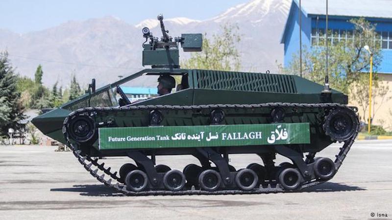 """Die iranische Armee hat ihre neuesten Errungenschaften auf dem Gebiet der Kriegstechnologie der Weltöffentlichkeit vorgeführt. Unter anderem gehört dazu ein Kettenfahrzeug namens """"Fallagh"""", das als """"Panzer der Zukunft"""" bezeichnet wird. Das Fahrzeug wiegt nur vier Tonnen, erreicht eine Geschwindigkeit von bis zu 130 km/h, hat eine Reichweite von 400 km. Viele IranerInnen in den sozialen Netzwerken machen sich über dieses Panzerfahrzeug lustig und bezeichnen es als """"Spielzeug"""". Fachleute meinen aber, es sei ein praktischer und kostengünstiger Panzer, und auch leichter, schneller und wendiger als die bisherigen gepanzerten Vehikel der Islamischen Republik."""