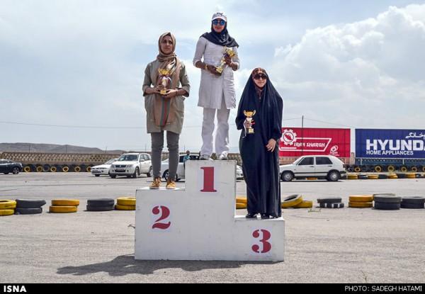Immer mehr jungen Iranerinnen und Iraner begeistern sich für Auto-Slalom-Rennen. Selbst in den konservativen Städten lassen sich Tausende Menschen von diesem Motorsport mitreißen. Ende Mai fand das erste Slalom-Rennen in der Pilgerstadt Maschad statt. Hier die Gewinnerinnen des Frauen-Slaloms.