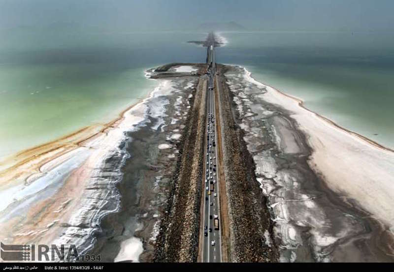 Keine surrealistische Abbildung, sondern die größte Binnensee des Iran. Der Urmia See liegt in den iranischen Provinzen Ost-Aserbaidschan und West-Aserbaidschan. Bis vor 15 Jahren hatte er eine Fläche von 5.470 km², etwa zehnmal größer als der Bodensee. Der tiefste Punkt war in 16 m. Der Salzgehalt des Sees beträgt bis zu 31 %, was etwa dem Salzgehalt des Toten Meeres entspricht. Manche Studien weisen nach, dass der See schon in zwei Jahren völlig ausgetrocknet sein würde.
