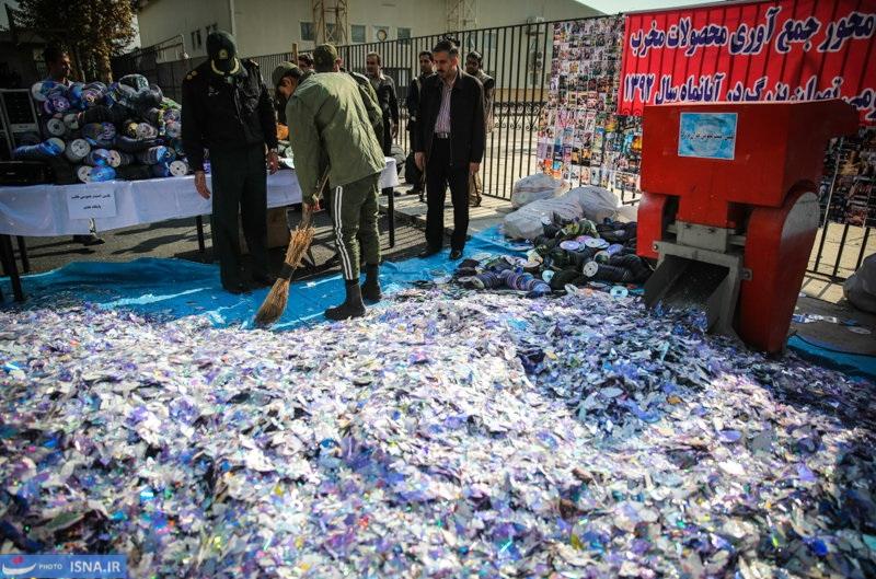 """Nach Angaben des Teheraner Polizeipräsidenten, Hossein Sadjedi Nia, wurden in der Woche vom 3. bis 10. Mai in der iranischen Hauptstadt über 1,3 Millionen illegale CDs und DVDs beschlagnahmt und vernichtet. Der Polizeichef begründete vor Journalisten das Vorgehen damit, dass die Datenträger """"kulturell schädigenden"""" Inhalts seien, ohne auf weitere Details einzugehen. In diesem Zusammenhang seien ebenfalls 80 Personen festgenommen worden, so Sadjedi Nia. Er ließ wissen, dass die Polizei im Sommer ihren Kampf gegen die illegal Medien verstärken würde: """"In den Sommerferien haben Kinder und Jugendliche mehr Zeit, sich Filme und Videospiele anzuschauen!"""""""