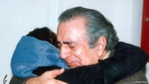 Siamak Pourzand, Mehrangiz Kars Ehemann, umaramt nach seiner Freilassung ihre gemeinsame Tochter Azadeh