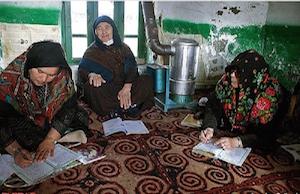 Die größte Analphabetenrate im Iran – etwa 30 Prozent – besteht bei Frauen auf dem Land!