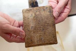 Iran fordert die Rücksendung von  etwa 30.000 Platten mit achämenidischen Inschriften, die 1933 in Persepolis gefunden und der Universität von Chicago geliehen wurden