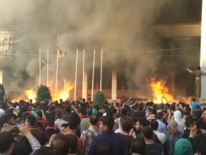 ProtestlerInnen in Mahabad setzen das Hotel in Brand