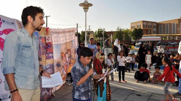 Traditionelles Straßentheater für Kinder, organisiert von der NGO Vira in der iranischen Stadt Ilam