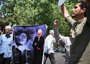 """Auf einer Antiregierungsdemonstration in Teheran - auf dem Plakat steht iranischer Außenminister Zarif vor einem Grabstein mit der Inschrift """"Atomenergie"""""""