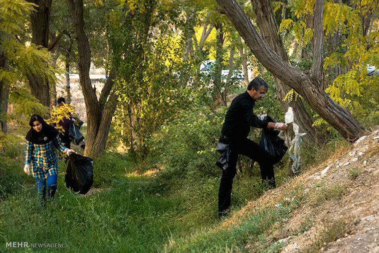 """Da der iranische Staat so pleite ist, dass er sich die Müllbeseitigung für öffentliche Grünanlagen und Landstraßen nicht (mehr) leistet, legen immer öfter IranerInnen selbst Hand an - wie hier im """"Mutter-Park"""" der Stadt Shahrud, im Norden des Landes. Sie wollen die Abfälle entlang der Straßen und Parks nicht länger als Dauerzustand akzeptieren."""