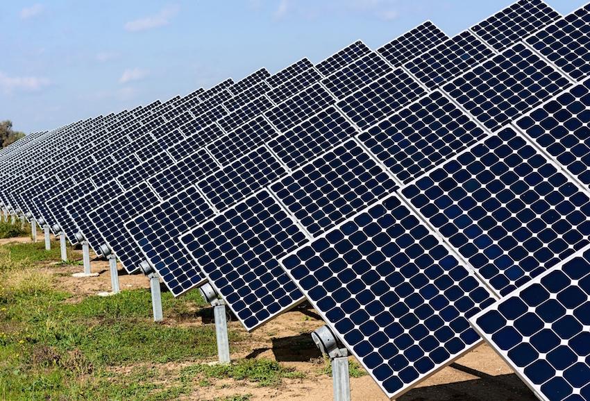 Die Provinz Kerman im Südwesten des Iran setzt verstärkt auf Photovoltaik-Anlagen zur Energiegewinnung. Derzeit werden neben der gleichnamigen Hauptstadt der Provinz auch 13 Dörfer mit Solarenergie versorgt, schreibt das Nachrichtenportal MEHR. In der Stadt Kerman nützen nach MEHRs Angaben viele öffentliche Einrichtungen und die Verkehrsampeln Solarenergie. Die Provinz Kerman liegt am Rande der Wüste Lut und hat eine durchschnittliche Sonnenscheindauer von 3.200 Stunden im Jahr. Zum Vergleich dazu schien 2014 die Sonne in Deutschland im Durchschnitt 1.600 Stunden. Die iranische Regierung nützt nach Medienberichten die Provinz Kerman als Pilotprojekt, um die Effektivität der Solarenergie zu prüfen. Private Solaranlagen werden zu 50 Prozent bezuschusst.