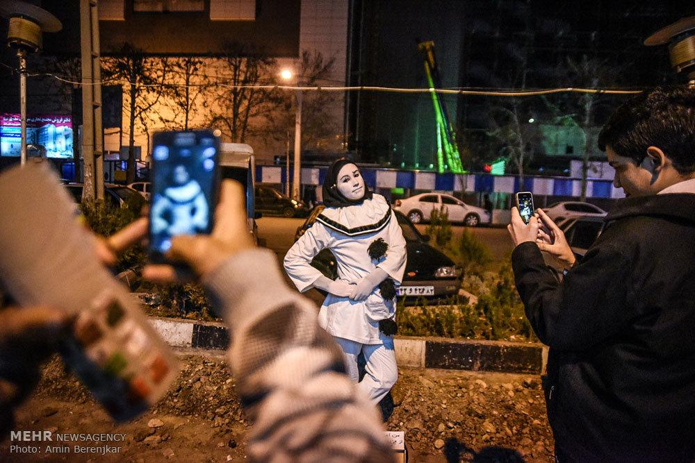 """Milena aus Serbien ist auf ihrer Weltreise in der iranischen Stadt Schiraz angekommen. Laut iranischen Medien soll die 21-Jährige ihre Reise um den Globus mit der Botschaft """"Freundschaft und Nächstenliebe"""" und nur 2 Euro Reisebudget gestartet haben. Sie finanziert ihre Tour mit Pantomime- Auftritten auf der Straße. Milena schaffte es so, bis heute 21 Ländern zu bereisen."""