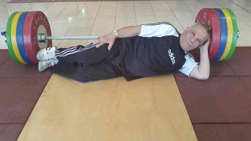 """Der Ex-Weltmeister im Gewichtheben, der Iraner Mohammad Nassiri, wurde vom finnischen Komitee zur Organisation der """"World Weightlifting Masters Championships"""" mit einer besonderen Trophäe geehrt: Der Siebzigjährige bekam als Anerkennung für seine glanzvolle Zeit als Weltmeister ein Hirschfell. Der als """"Iranischer Herkules"""" bekannte Nassiri hat in seiner Laufbahn als Gewichtheber insgesamt 18 Rekorde hinterlassen. Dafür stand er bei den olympischen Spielen drei Mal auf dem Siegerpodest - in Mexico City (1968, Gold), München (1972, Silber) und Montreal (1976, Bronze) - und wurde 1995 in die """"Hall of Fame"""" des internationalen Gewichtheberverbands (IWF) aufgenommen."""