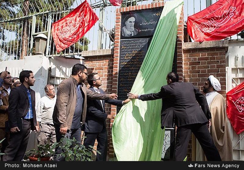 """Während sich die iranische Regierung die Annäherung an die USA zum Ziel gesetzt hat, versuchen die Hardliner und die Gegner des Präsidenten Hassan Rouhani mit allen Mitteln, die Feindschaft zu den Vereinigten Staaten aufrechtzuerhalten. Am 2. September hat eine Gruppe von ihnen eine """"Gedenktafel mit 100 Beinamen für die Bezeichnung der USA"""" am Eingang der ehemaligen US-Botschaft in Teheran angebracht. Angeblich soll der Republikgründer Ayatollah Ruhollah Khomeini diese Beinamen in seinen Reden verwendet haben – wie zum Beispiel: «Aggressor"""", """"die Quelle allen Übels"""", """"Mörder"""", """"der wildeste Räuber"""", """"Feind aller Religionen"""". Die Initiatoren, die der paramilitärischen """"Bassidsch"""" angehörten, haben im Anschluss an diese Aktion die Fahnen """"der Erzfeinde"""" USA, Großbritannien und Israel verbrannt."""