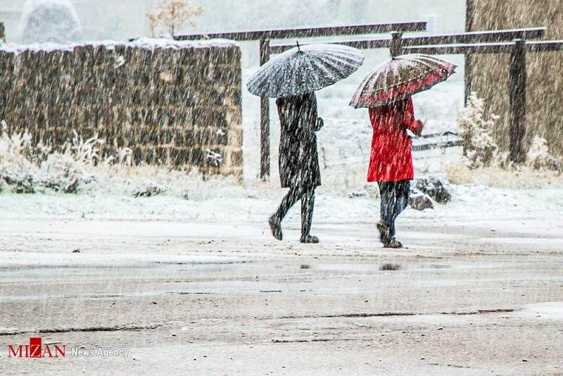 Der erste schwere Schneefall des Herbstes hat am Mittwoch (26. Oktober) Teile der iranischen Provinz Ardabil lahmgelegt. Das Foto zeigt die gleichnamige Hauptstadt der Provinz. Sie hat etwa 500.000 EinwohnerInnen und ist eine der ältesten Siedlungen im Nordwesten des Iran. Durch ihre Lage an wichtigen Handelsrouten war Ardabil seit dem Mittelalter von Bedeutung.