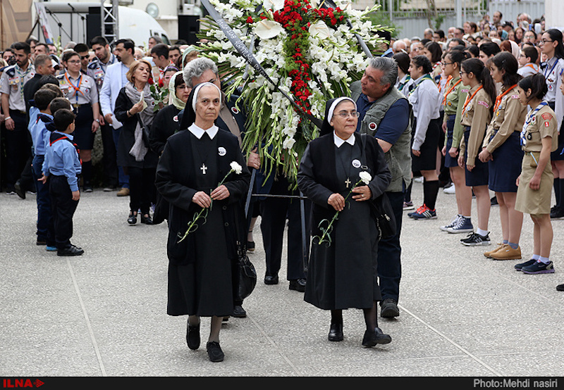 """Die Armenier in der iranischen Hauptstadt haben des Genozids vor 102 Jahren gedacht. Die Zeremonie fand mit Kranzniederlegung, Vorträgen und Gebeten in der Teheraner Sankt-Sarkis-Kathedrale statt. Am 24. April 1915 begannen die Vertreibungen und Ermordungen der armenischen Christen in der Türkei. Den grausamen Aktionen zwischen 1915 und 1916 fielen nach unterschiedlichen Schätzungen zwischen 300.000 und 1,5 Millionen Menschen zum Opfer. Die Türkei leugnet den Völkermord bis heute und bezeichnet die Vorfälle als """"kriegsbedingte Sicherheitsmaßnahmen"""". Im Iran leben etwa 300.000 ChristInnen, davon 240.000 ArmenierInnen und AssyrerInnen. In der Islamischen Republik konvertieren immer mehr Muslime zum Christentum. Auf den """"Abfall vom Islam"""" stehen harte Strafen bis zur Hinrichtung."""