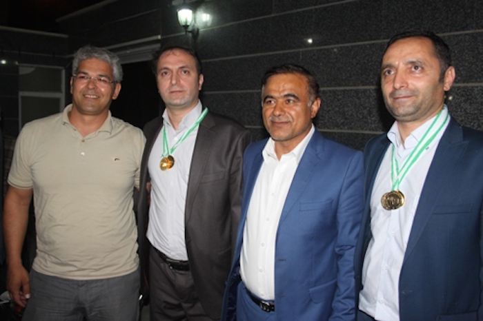 Die iranischen Ärzte Kamran und Kaveh Hassanzadeh haben bei den Tischtennismeisterschaften der Sportweltspiele der Medizin und der Gesundheit den ersten Platz belegt. Sie erlangten einzeln und im Doppel die Gold-Medaille. Die Brüder Hassanzadeh leben und arbeiten in der Stadt Naghadeh, im Nordwesten des Iran. Zu den Sportweltspielen der Medizin und der Gesundheit sind alle Angehörigen medizinischer und gesundheitlicher Berufe zugelassen. Bei den internationalen Wettkämpfen, die jährlich an unterschiedlichen Orten stattfinden, werden 25 Disziplinen angeboten. Die 36. Sportweltspiele fanden vom 18. bis 25. Juli in der Stadt Limerick, im Südwesten der Republik Irland statt. Daran haben 1.200 SportlerInnen aus 43 Ländern teilgenommen.