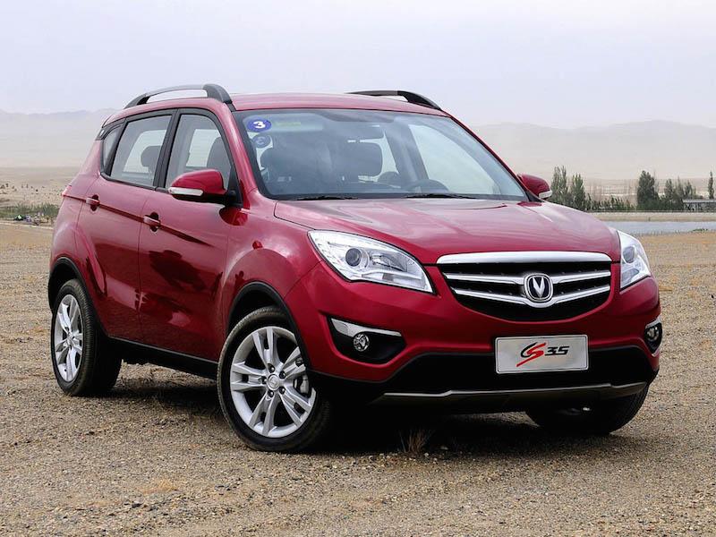 Changan CS 35 heißt das neue chinesische Fahrzeug, das von dem iranischen Autohersteller SAYPA in Lizenz produziert wird. Etwa 14 Prozent des Vehikels sollen einheimischer Produktion sein. Laut SAYPA wird dieser Anteil bis März 2018 auf über 40 Prozent steigen. Der Viertürer ist 4,16 Meter lang, verbraucht nach Angaben des Herstellers 7,2 Liter und kostet weniger als 20.000 Euro. Im laufenden iranischen Jahr (bis 20. März 2017) sollen 5.500 CS 35 vom Band laufen. Ab 2019 soll die Stückzahl der SUV-Fahrzeuge (Sport Utility Vehicle) auf 20.000 jährlich erhöht werden.