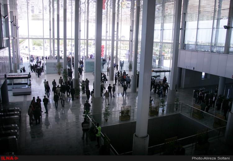 """In der iranischen Hauptstadt Teheran wurde am 18. April eine neue U-Bahn-Station eingeweiht. Damit ist die Möglichkeit geschaffen worden, mit der Untergrundbahn das Gelände der Buchmesse """"Shahre Aftab"""" zu erreichen. Teherans Metronetz besteht aus fünf Linien, mit einer Gesamtlänge von 163 Kilometer. Die mehr als 1.000 U-Bahnwagons bewegen täglich etwa 1,8 Millionen Menschen der 16-Millionen-Metropole. Die Teheraner U-Bahn wurde unter der Herrschaft des letzten Schahs, Mohammad Reza Pahlavi, Anfang der 1970er Jahren geplant, aber erst 20 Jahre nach der islamischen Revolution, also 1999, in Betrieb genommen."""