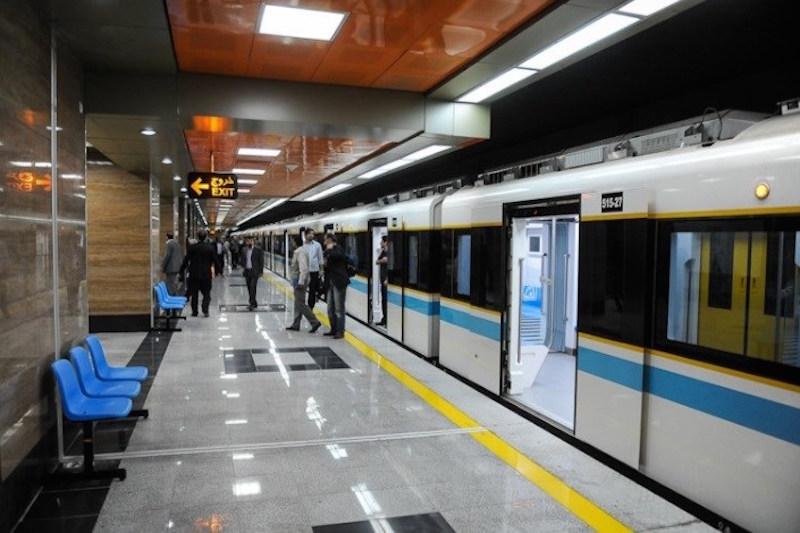 Seit dem 10. Juni ist die Linie 7 der Teheraner U-Bahn in Betrieb. Sie fährt auf einer Streckenlänge von 27 Kilometern 22 Haltestellen an und verbindet den Südosten mit dem Nordwesten der iranischen Hauptstadt. Die Besonderheit dieser Linie: Sie verläuft unter den U-Bahn-Linien 2, 3, 4 und 6 und unterquert den 435 hohen Milad-Turm. Das Teheraner U-Bahn-Netz besteht aus etwa 210 Kilometern Schienen und 165 Stationen und transportiert täglich an die vier Millionen Menschen.