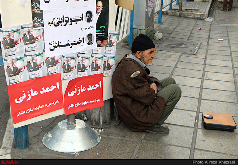 """Am 26. Februar wählen die IranerInnen ein neues Parlament und den sogenannten Expertenrat. Dieser besteht aus 86 religiösen Rechtgelehrten und hat die Aufgabe, den Revolutionsführer zu wählen und zu überwachen. Viele sprechen von einer """"Schicksalswahl"""", da angeblich der jetzige Revolutionsführer Ayatollah Khamenei an Krebs erkrankt und gesundheitlich stark angeschlagen sei. Die wenigen zugelassenen Reformer im Expertenrat hoffen gemeinsam mit den """"unabhängigen"""" Abgeordneten die absolute Mehrheit der Hardliner diesmal zu übertrumpfen oder zumindest als eine stabile Opposition im neuen Parlament agieren zu können."""