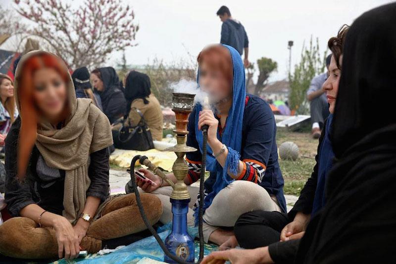 Im Iran gehört die Wasserpfeife (Schischa) zur Tradition. Einst war sie der Zigarettenersatz älterer Menschen, heute ist die gurgelnde Raucherzeugerin bei der Jugend in Mode gekommen. Laut iranischen Nachrichtenportalen steigt die Zahl der Schischa rauchenden jungen Frauen in der Islamischen Republik stetig. Offiziellen Statistiken zufolge rauchen 18 Prozent der IranerInnen Wasserpfeife. In allen iranischen Städten gibt es ein vielfältiges Angebot an Cafés und Restaurants, in denen die Schischa öffentlich konsumiert werden kann. Dem Schischa-Tabak werden fruchtige Aromen zugesetzt, die häufig aus chemischen Substanzen bestehen und nach Meinung von Experten ein Gesundheitsrisiko darstellen. Wie bei Zigaretten enthalten die meisten Schischatabaksorten Nikotin, Kohlenmonoxid, Teer, Blei oder Nickel. Zwar wird bei der Inhaltsangabe mancher Tabaksorten der Teergehalt mit null Prozent angegeben. Doch Teer entsteht durch das Erhitzen des Tabaks. Auch die gemeinsame Nutzung des Mundstücks der Wasserpfeife stellt einen Risikofaktor dar, denn sie kann zur Übertragung von unterschiedlichen Krankheiten führen.