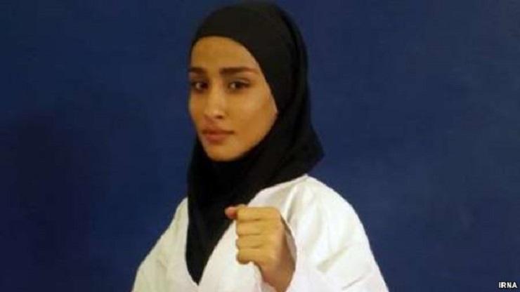 Bei den Karate-Weltmeisterschaften der Jugend, Junioren und U21 im November hat die Iranerin Zohreh Barzegar eine Gold-Medaille gewonnen. Dafür hatte sie ihre Gegnerinnen aus Chile, China, Venezuella, Ungarn und Vietnam besiegt.