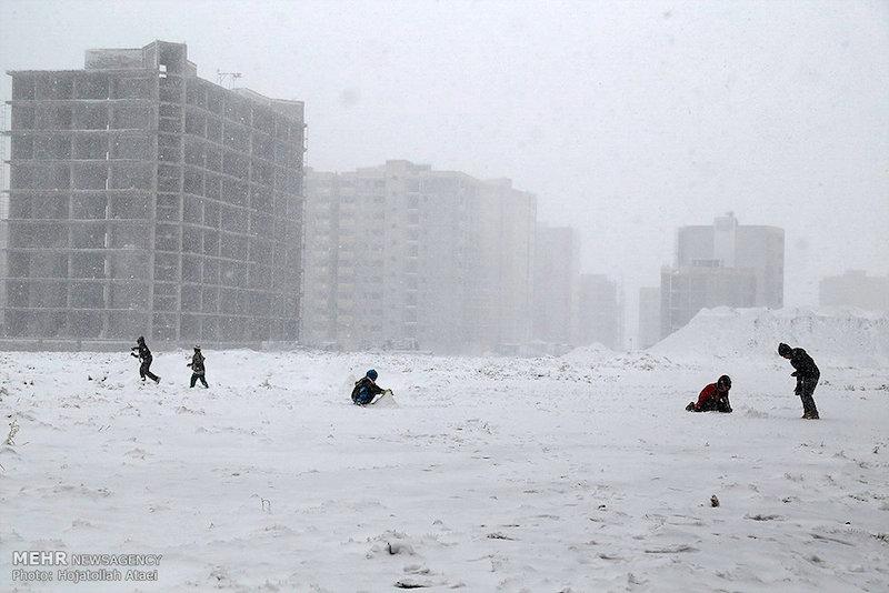 """Seit Anfang Dezember überrascht eine weiße Pracht die Menschen in weiten Teilen des Iran. Selbst in den sonst warmen Gegenden im Südwesten fielen unerwartete Mengen Schnee. Das Foto zeigt die Pilgerstadt Ghom am Rande der Wüste """"Dashte Kavir"""" im Zentral-Iran. Hier führte der erste Schneefall zur mehrtägigen Schließung der Schulen. Zum einen konnten die provisorischen Heizungen in den Klassenräumen nicht schnell genug installiert werden, und zum Teil zogen sich die Räumarbeiten der Straßen und Bürgersteige in die Länge."""