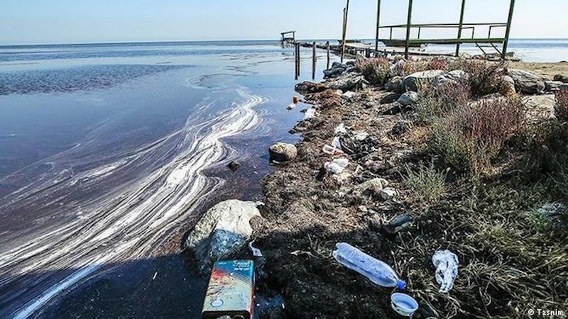 Besorgte Blicke richteten sich im Iran bislang hauptsächlich auf den Urmiasee im Nordwesten des Landes. Doch kommen immer mehr Nachrichten auch über die Gefährdung anderer großflächiger Gewässer - etwa den Golf von Gorgan (Foto) im Norden des Iran. Der hatte bisher eine Fläche von 400 Quadratkilometern und ist mit dem Kaspischen Meer verbunden. An seiner tiefsten Stelle ist er vier Meter tief. Nach offiziellen Angaben ist der Wasserstand des Gewässers allerdings bis März 2017 um mindestens 24 Zentimeter gesunken.