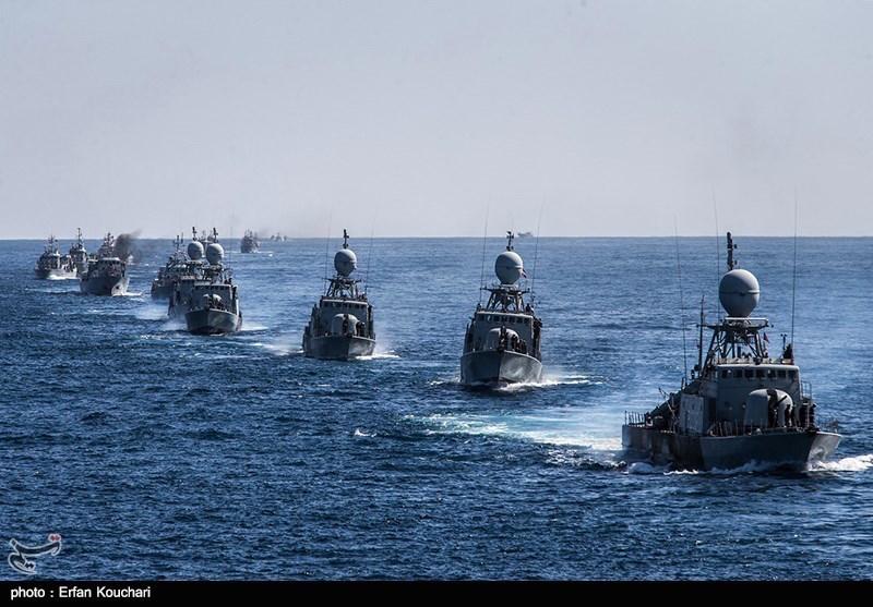 """Mitten in der angespannten politischen Lage im Nahen Osten haben der Iran und China am 18. Juni im Persischen Golf ein gemeinsames Seemanöver veranstaltet. An der mehrstündigen Übung nahmen nach offiziellen Angaben Kriegsschiffe beider Länder, 700 iranische und 700 chinesische Soldaten teil. Mit der gemeinsamen Aktion wollten Teheran und Peking ihre strategische Partnerschaft vertiefen, teilte der iranische Admiral Hossein Azad mit. Während Azad den """"friedlichen Charakter"""" der Militärübung betonte, sehen Experten darin einen Schulterschluss gegen gemeinsame Gegner. Manche weisen in diesem Zusammenhang Richtung Washington. Am Samstag hatten die USA und Katar ein gemeinsames Seemanöver abgehalten."""