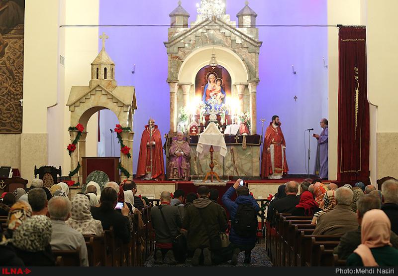 Trotz staatlicher Kontrollen haben auch in diesem Jahr viele iranische Christen Weihnachten gefeiert. Allerdings wird die Geburt Christi von den meisten iranischen Christen am 6. Januar zelebriert. Nach den letzten offiziellen Statistiken von 2010 (neuere gibt es nicht) sind von den insgesamt etwa 300.000 ChristInnen im Iran rund 240.000 Armenier oder Assyrer. Daneben gibt es etwa 66.700 Protestanten . Die Christen - wie auch Zoroastrier und Juden – sind im Iran seit 1906 offiziell anerkannt und haben eine feste Anzahl von Sitzen im Parlament. Dennoch stehen ihre Gemeinden seit der islamischen Revolution vor 37 Jahren unter staatlicher Kontrolle. Es ist verboten, die Bibel auf Persisch zu veröffentlichen oder persischsprachige Gottesdienste abzuhalten. Auch das Missionieren ist bei Strafe verboten und Muslime, die zum Christentum übertreten, müssen mit Repressalien rechnen. Nach iranischem Strafrecht drohen bei Apostasie, also Abfall vom Islam, harte Konsequenzen bis zur Todesstrafe. Trotzdem soll in den vergangenen Jahren die Zahl der vom Islam zum Christentum konvertierten IranerInnen stark gestiegen sein. Foto: Weihnachtsfeier in der Teheraner Sarkis-Kathedrale.