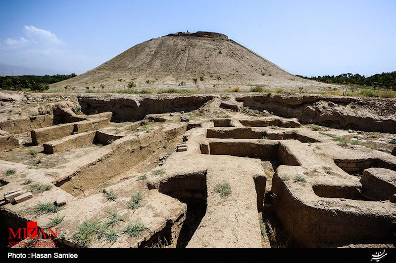 Die Restaurierung von Überresten der historischen Stätte Ozbaki im Norden Irans sind abgeschlossen. In Ozbaki stießen Archäologen auf Mauerreste, die 9.000 Jahre alt sein sollen. Das Gebiet umfasst mehrere Hügel, auf denen in verschiedenen geschichtlichen Epochen Häuser gebaut wurden. Dort wurden auch ein Friedhof und Tonscherben gefunden, die aus der Zeit des Meder-Reiches (728 v. Chr. bis 550 v. Chr.) stammen. Entdeckt wurde der erste Hügel 1969. Von da an wurde in einem Gebiet von 100 Hektar der Rest der antiken Stätte gefunden und restauriert.
