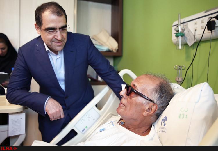 """Der iranische Gesundheitsminister Hassan Hashemi hatte den international renommierten Drehbuchautor und Filmregisseur Abbas Kiarostami im Krankenhaus besucht. Wie er der Presse am 15. April mitteilte, sei Kiarostami außer Lebensgefahr. Mit seiner Aufwartung am Krankenbett beabsichtigte der Minister seinen Respekt vor dem Ausnahmekünstler auszudrücken: """"Kiarsotam ist unser nationales Kapital und es ist die Aufgabe der Regierung, auf solche Personen besonders acht zu geben"""", sagte der Minister. Der an Krebs Erkrankte war aufgrund von Komplikationen nach einer Darmoperation wieder ins Krankenhaus eingeliefert worden und lag Tage lang im Koma (Iran Journal berichtete)."""