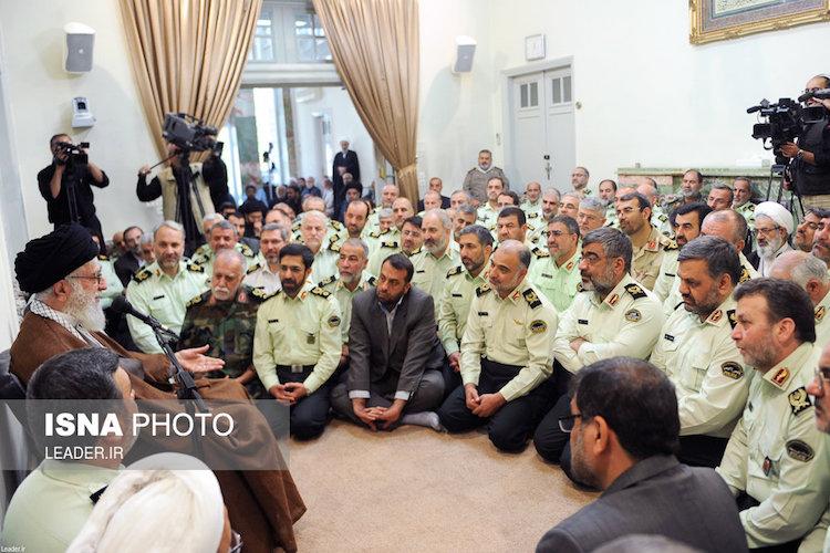 """Staatsoberhaupt Ayatollah Ali Khamenei nutzt jede Gelegenheit, um seine Stellung als der mächtigste Mann des Landes zu demonstrieren - wie hier vor ergebenen Oberkommandierenden der iranischen Polizei am nationalen """"Tag der Ordnungskräfte"""" (04. Oktober 2016)."""