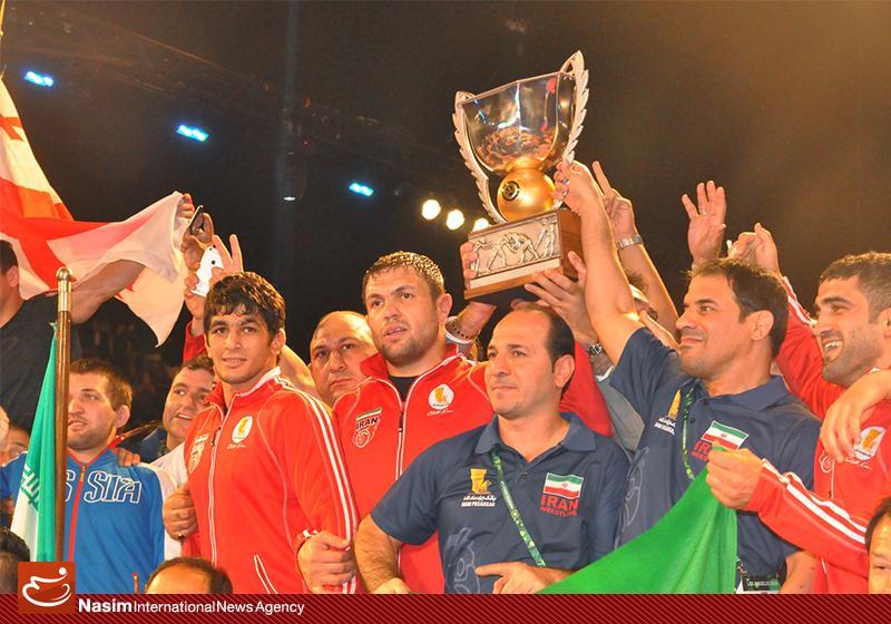 Die iranische Nationalmannschaft hat bei der Ringer-Weltmeisterschaft der Männer im Freistil in Los Angeles zum fünften Mal in Folge den Weltmeistertitel gewonnen. Gegner im Finale waren die Russen. Im Halbfinale hatten die Iraner das US-amerikanische Team besiegt.